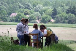 Feladat közben a Henye-hegyi túra egyik állomásán