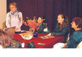 Balaton Józsefné polgármester mutatja be Alsónemesapátit a  vendégeknek.